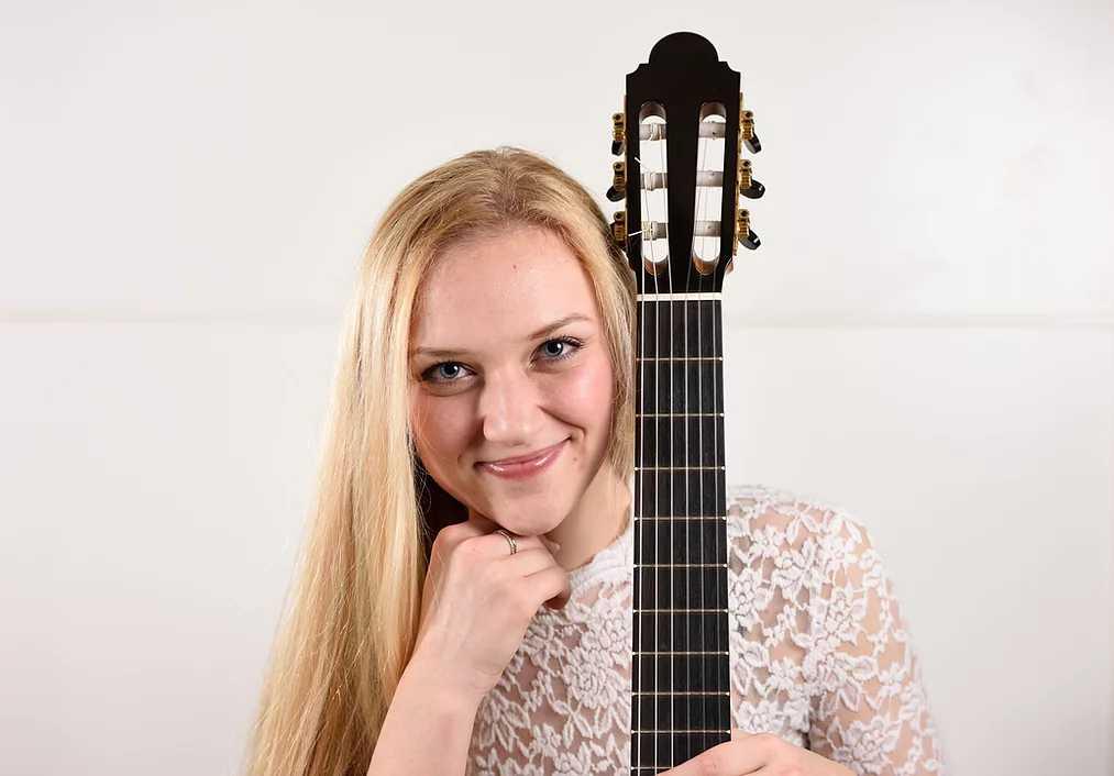 julia trintschuk guitar